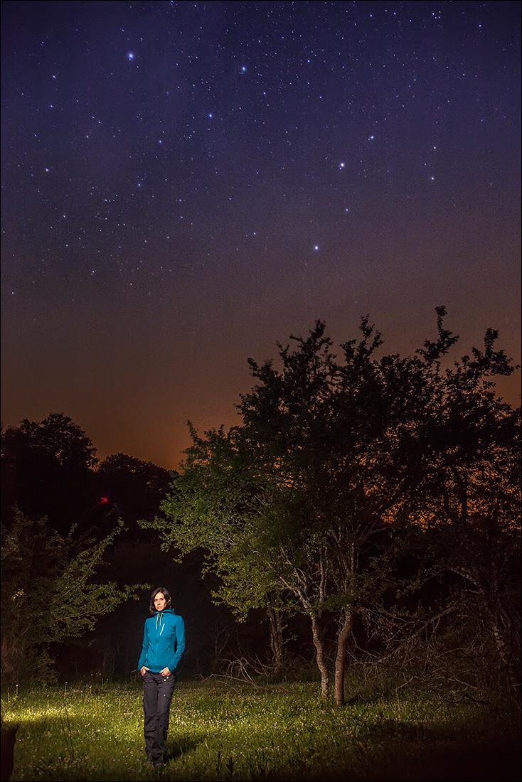 Фотография человека на фоне звёздного неба.