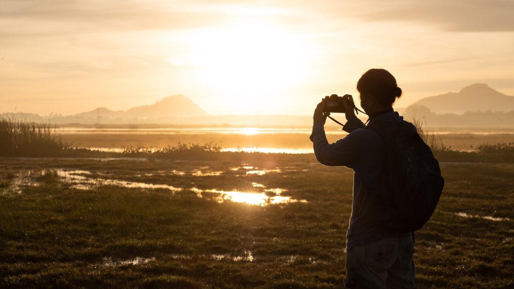 портрет на закате с пересвеченными областями в районе солнца