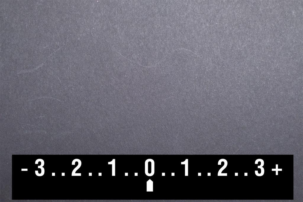 Шкала экспонометра в режиме экспокоррекции - отметка на нуле. Снимок получился серым.