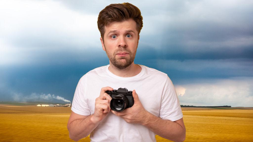 Автор слишком увлёкся обработкой фотографии. Неумелая обработка в Фотошопе.