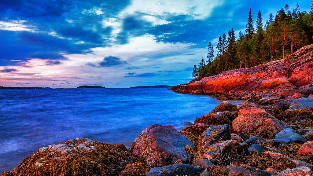 Перефотошопленная фотография. Чрезмерная обработка с увеличением насыщенности цветов и злоупотреблением техники HDR.